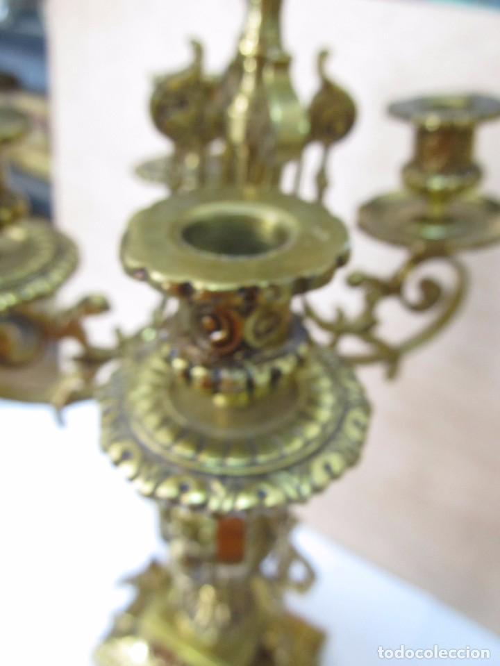 Antigüedades: PAREJA DE PORTAVELAS DE BRONCE CON BASE DE MÁRMOL BLANCO - Foto 10 - 129644767