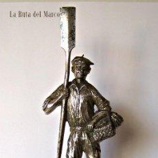 Antigüedades: TROFEO DE METAL SOBRE PEANA DE MADERA. ARRANTZAL (PESCADOR). Lote 129652663