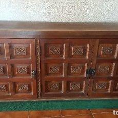 Antigüedades: APARADOR TAQUILLÓN EN MADERA TALLADA SOBRE BASE TAPIZADA. . Lote 129696435