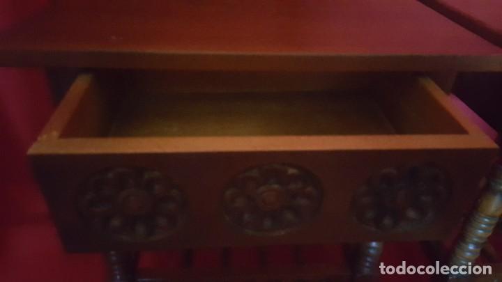 Antigüedades: Pareja de mesillas en madera tallada. - Foto 4 - 129699071