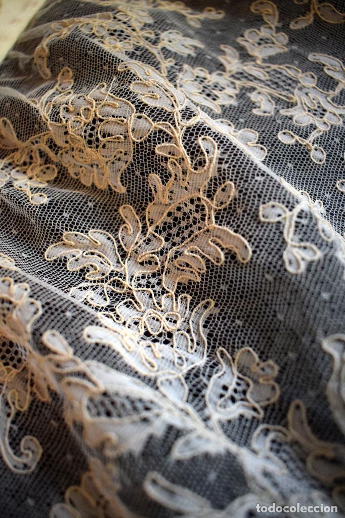 Antigüedades: Mantilla terno en blanco roto con encaje estilo alençón y bordada en pedreria - Foto 17 - 129720579