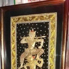 Antigüedades: TAPIZ TAILANDES - BORDADO - PIEDRAS, LENTEJUELAS - ENMARCADO 56X112X5,5 Y ACRISTALADO. Lote 129722691