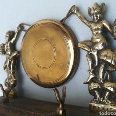 Antigüedades: GONG DE LATÓN CON DUENDES Y SOPORTE DE MADERA. Lote 129731488