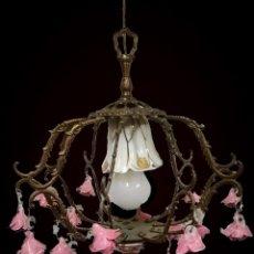Antigüedades: ANTIGUA LÁMPARA DE BRONCE Y FLORES DE PORCELANA ROSA. MUY DECORATIVA. ELECTRIFICADA. Lote 128057351