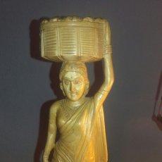Antigüedades: ANTIGUA FIGURA DE MUJER LLEVANDO CANASTO DE PAN EN LA CABEZA. Lote 129967534
