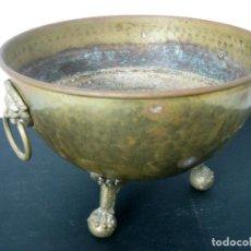 Antigüedades: ANTIGUO CENTRO DE MESA O JARDINERA CON CABEZAS DE LEÓN Y PATAS DE GARRA CON BOLA BRONCE. Lote 129971083
