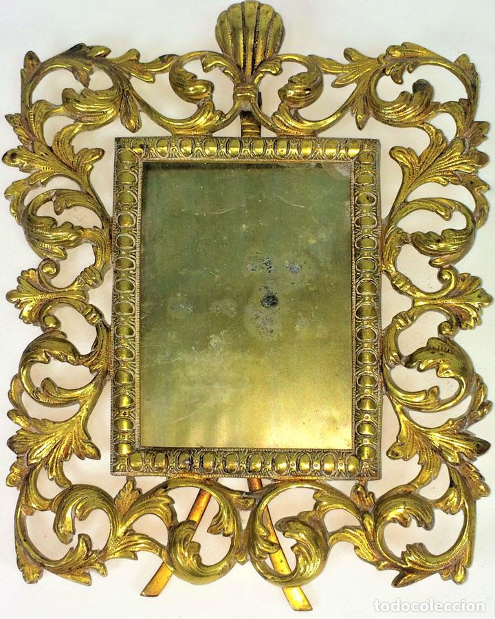 PORTARETRATOS. BRONCE CINCELADO. ESPAÑA. SIGLO XX (Antigüedades - Hogar y Decoración - Portafotos Antiguos)