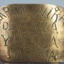 Antigüedades: GRAN PLACA DE JUARDA JURADO CAZA Y PESCA. LA RAMA. REALIZADA A BURIL. SIGLO XIX. Lote 129979703
