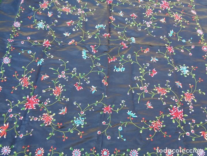 Antigüedades: Bonito Mantón de raso con seda de Manila de color negro con flores - Foto 2 - 130006319