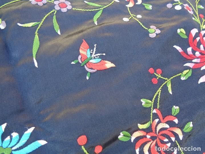 Antigüedades: Bonito Mantón de raso con seda de Manila de color negro con flores - Foto 3 - 130006319