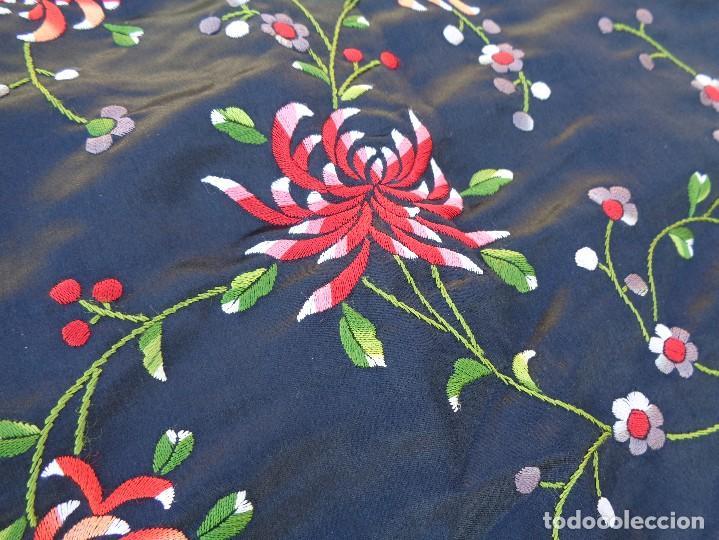Antigüedades: Bonito Mantón de raso con seda de Manila de color negro con flores - Foto 4 - 130006319