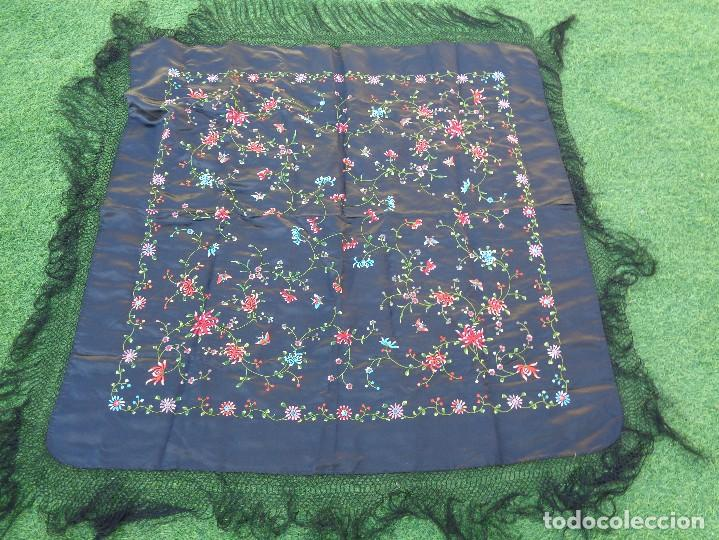 Antigüedades: Bonito Mantón de raso con seda de Manila de color negro con flores - Foto 5 - 130006319