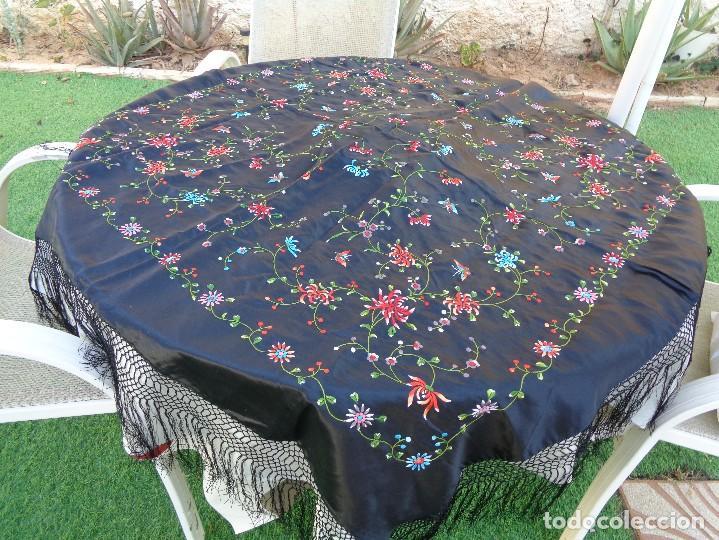 Antigüedades: Bonito Mantón de raso con seda de Manila de color negro con flores - Foto 6 - 130006319