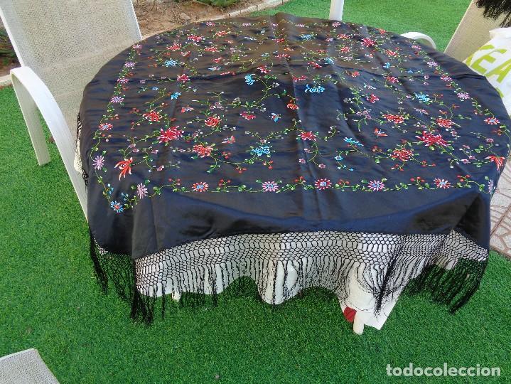 Antigüedades: Bonito Mantón de raso con seda de Manila de color negro con flores - Foto 7 - 130006319