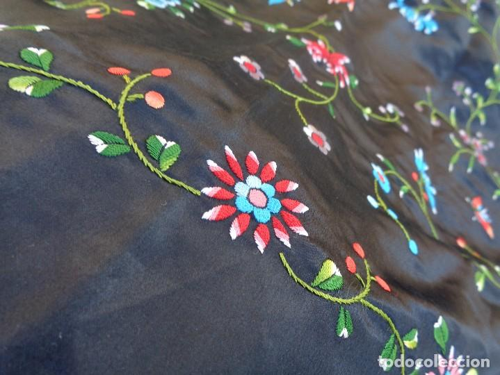 Antigüedades: Bonito Mantón de raso con seda de Manila de color negro con flores - Foto 8 - 130006319