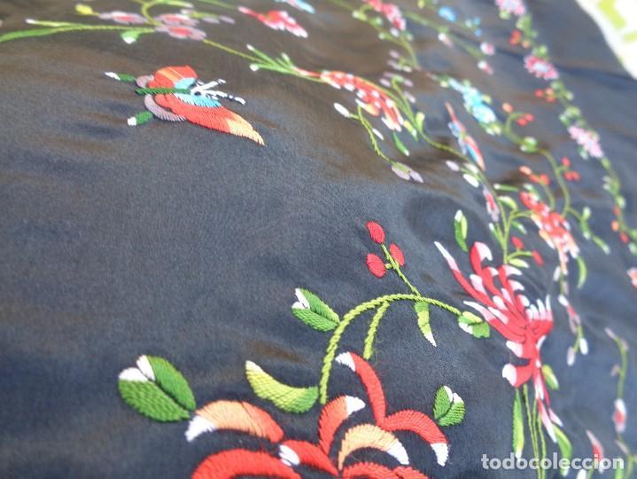 Antigüedades: Bonito Mantón de raso con seda de Manila de color negro con flores - Foto 9 - 130006319
