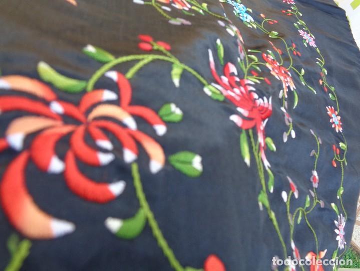 Antigüedades: Bonito Mantón de raso con seda de Manila de color negro con flores - Foto 10 - 130006319