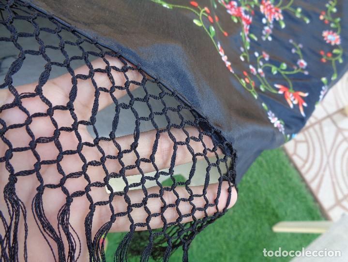 Antigüedades: Bonito Mantón de raso con seda de Manila de color negro con flores - Foto 11 - 130006319