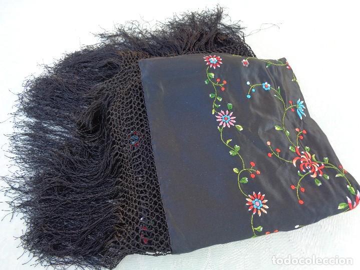 Antigüedades: Bonito Mantón de raso con seda de Manila de color negro con flores - Foto 12 - 130006319