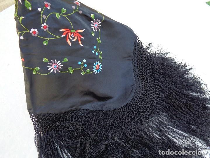 Antigüedades: Bonito Mantón de raso con seda de Manila de color negro con flores - Foto 13 - 130006319