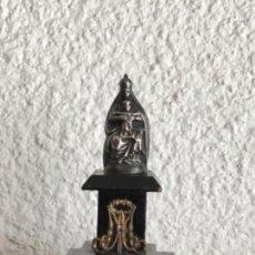Antigüedades: VIRGEN MARÍA Y NIÑO JESÚS EN PLATA DE LEY SOBRE BASE DE MADERA 1920'S.. Lote 130180819