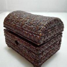Antigüedades: ANTIGUO COFRE-CAJA MADERA TALLADA. Lote 130195607