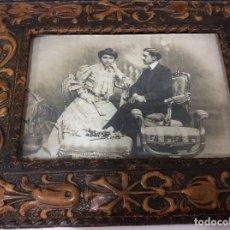 Antigüedades: FOTOGRAFÍA SIGLO XIX CON MARCO DE CUERO REPUJADO DE LA MISMA ÉPOCA. Lote 130199391