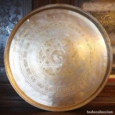 Antigüedades: MAGNIFICA ENORME BANDEJA DE METAL CON ADORNOS REPUJADOS 49 CM DIAMETRO 2,5 CM ALTURA PESO 1650 GR. Lote 130270626