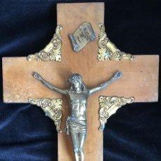 Antigüedades: CRUCIFIJO METALICO EN TONOS DORADOS, SOBRE CRUZ DE MADERA.. Lote 130323654