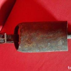 Antigüedades: ANTIGUO CENCERRO CON BADAJO Y CORREA DE CUERO.. Lote 130336682