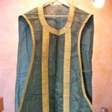Antigüedades: BONITA CASULLA EN VERDE Y ORO SIGLO XVIIII. Lote 130444538