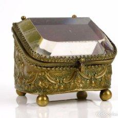 Antigüedades: ANTIGUO JOYERO CAJA DE METAL DORADO CON TAPA DE CRISTAL DE ROCA BISELADO - SIGLO XIX. Lote 130475934