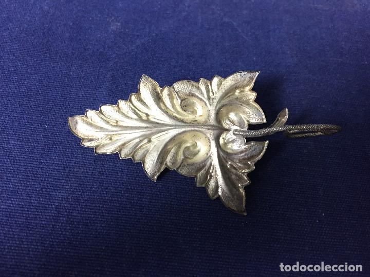 Antigüedades: antigua y pequeña palmatoria en metal plateado en forma de hoja un asa - Foto 4 - 130478854