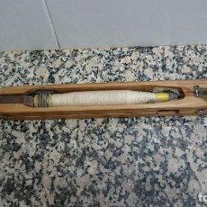 Antigüedades: ANTIGUA LANZADERA TEXTIL TELAR DE MADERA. RETENSA. FEDERLE. Lote 130501334