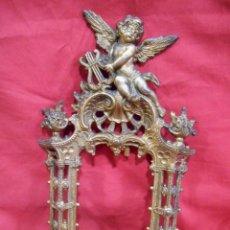 Antigüedades: ANTIGUO MARCO DE METAL DORADO MUY PESADO CON MOTIVOS DE ANGELES - IDEAL PARA ESPEJO -. Lote 130513726
