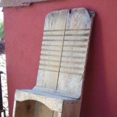 Antigüedades: ANTIGUA TABLA DE LAVAR CON CAJÓN PROTECTOR PARA LAS RODILLAS. 93CM. Lote 130526222
