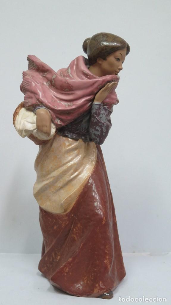 BONITA FIGURA DE MUJER DE PORCELANA DE NAO LLADRO. GRES. BUEN ESTADO (Antigüedades - Porcelanas y Cerámicas - Lladró)