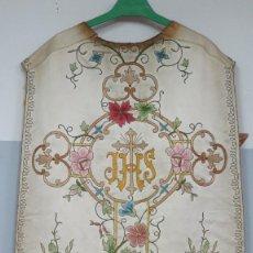 Antigüedades: PRECIOSA CASULLA DE SEDA BORDADA CON HILO DE ORO. FINALES SIGLO XIX. Lote 130553846