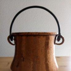 Antigüedades: CALDERO OLLA DE COBRE - ASA DE HIERRO - 13.5 ALTO X 14.5 BOCA X 28 BASE CMS. Lote 130668173
