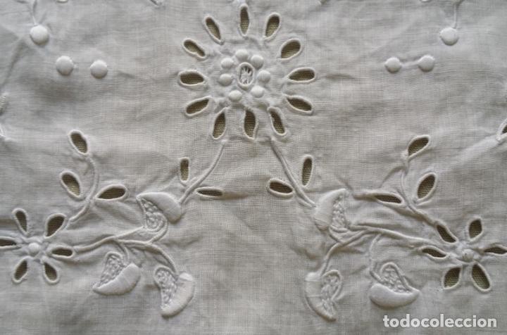 Antigüedades: Antiguo mantel - bordado modernista - Foto 13 - 130703844