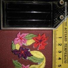 Antigüedades: REFERENCIA THT - PIEZA BORDADA BORDADO FLORES APLICACION CONFECCIONES , LETRA ANTIGUA NUNCA USADA. Lote 130725514