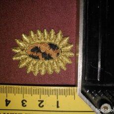 Antigüedades: REFERENCIA THT - PIEZA BORDADA BORDADO FLORES APLICACION CONFECCIONES , FLOR SOL HILO ORO . Lote 130726634