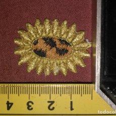 Antigüedades: REFERENCIA THT - PIEZA BORDADA BORDADO FLORES APLICACION CONFECCIONES , FLOR SOL HILO ORO . Lote 130726669