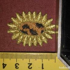 Antigüedades: REFERENCIA THT - PIEZA BORDADA BORDADO FLORES APLICACION CONFECCIONES , FLOR SOL HILO ORO . Lote 130726689