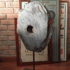 Antigüedades: PIEDRA DE MOLER SOBRE SOPORTE. Lote 130736534