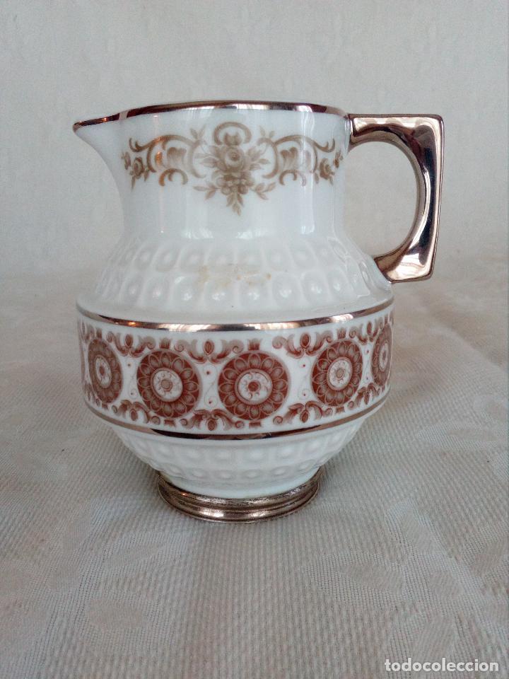 LECHERA DE PORCELANA EN BASE DE PLATA. (Antigüedades - Porcelanas y Cerámicas - Otras)