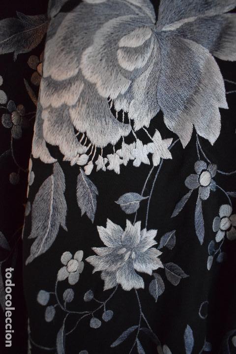 Antigüedades: Mantón de Manila, con fondo negro y bordados en escala de grises - Foto 2 - 125237963