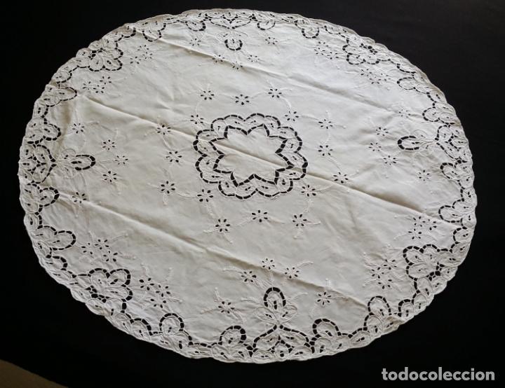 Antigüedades: Mantel redondo bordado a mano - Foto 3 - 174211673