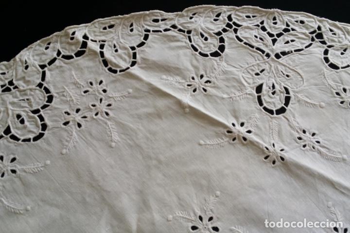 Antigüedades: Mantel redondo bordado a mano - Foto 4 - 174211673