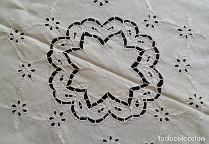 Antigüedades: Mantel redondo bordado a mano - Foto 5 - 174211673